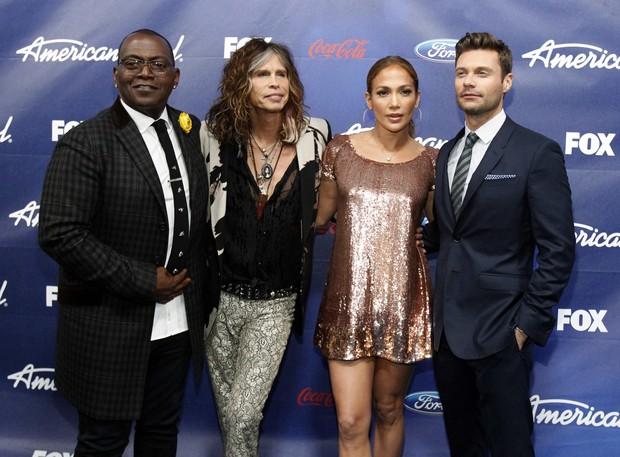 """Os jurados do """"American Idol"""" Randy Jackson, Steven Tyler, e Jennifer Lopez com o apresentador Ryan Seacrest em Los Angeles, nos EUA (Foto: Reuters/ Agência)"""