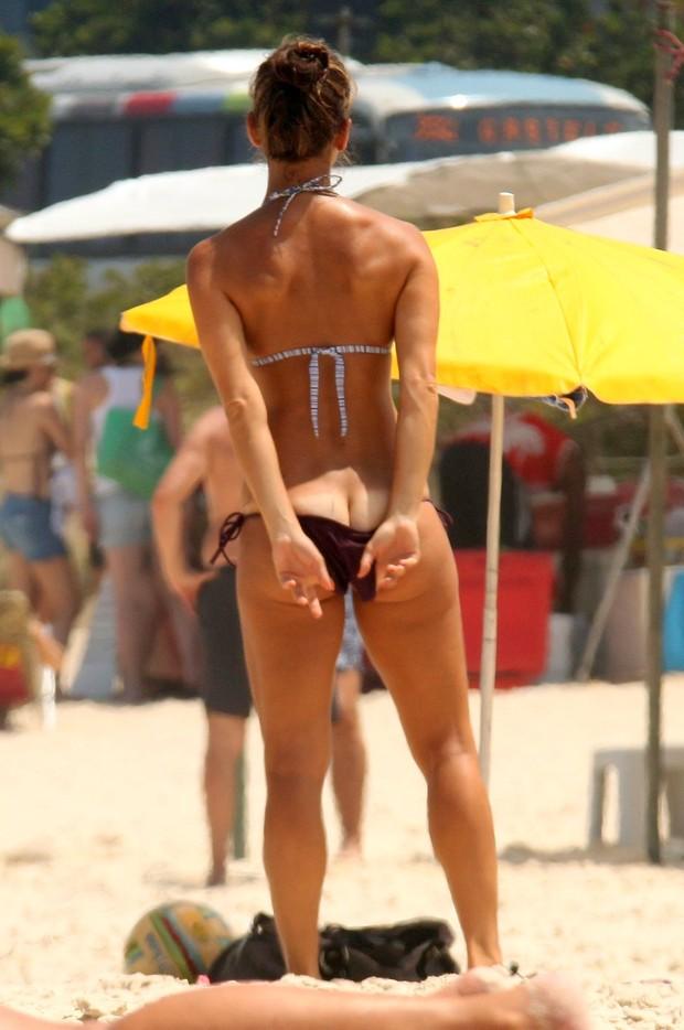 Fernanda de Freitas vai à praia, no Rio (Foto: Marcos Ferreira / Photo Rio News)