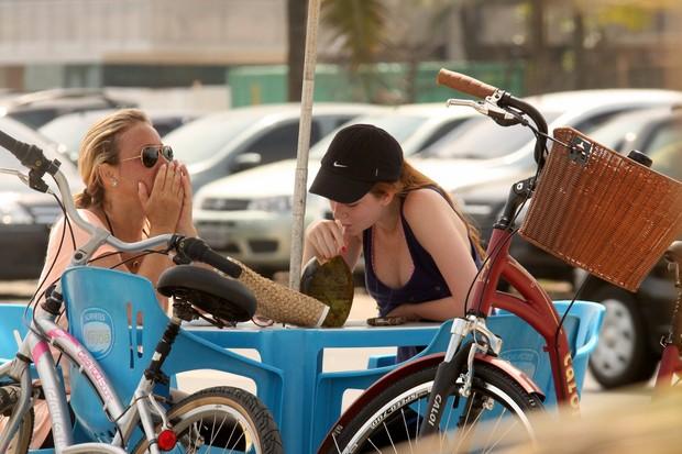 Marina Ruy Barbosa anda de bicicleta com a mãe na orla carioca (Foto: Marcos Ferreira/Photo Rio News)