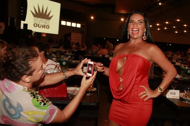 David Brazil fotografa decote de Solange Gomes no Prêmio Estandarte de Ouro (Foto: Isac luz / EGO)
