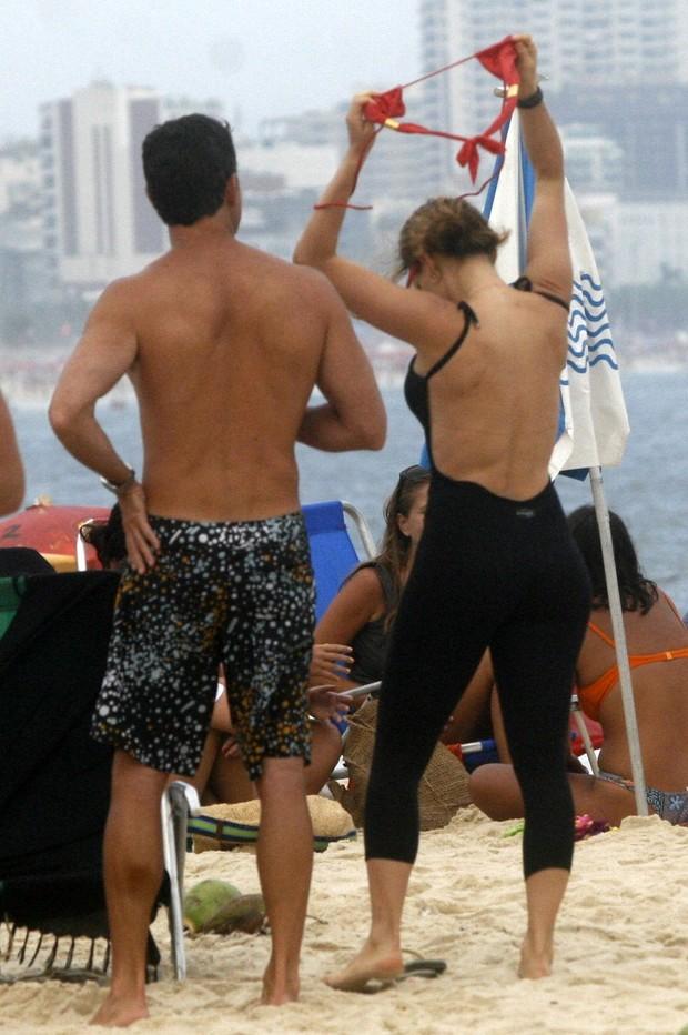 Rita Guedes na praia do Leblon, no Rio (Foto: Edson Teófilo / Photo Rio News)