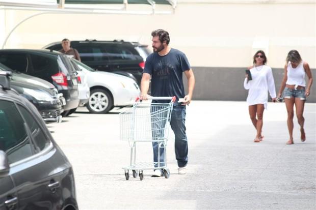 Thiago Lacerda faz compras em mercado na Barra da Tijuca, no Rio (Foto: Fábio Martins/AgNews)