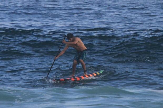 Caio Castro na praia da Barra (Foto: Dilson Silva / AgNews)