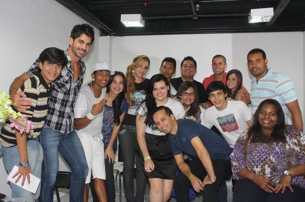 Rodrigão tira foto com fãs em camarim do Manaus Teen Festival (Foto: AgNews)