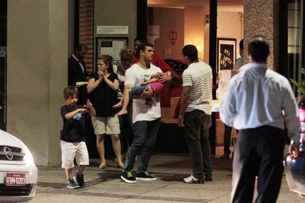 Victor Belfort e Joana Prado jantam com os filhos e amigos em São Paulo (Foto: Orlando Oliveira/Ag News)