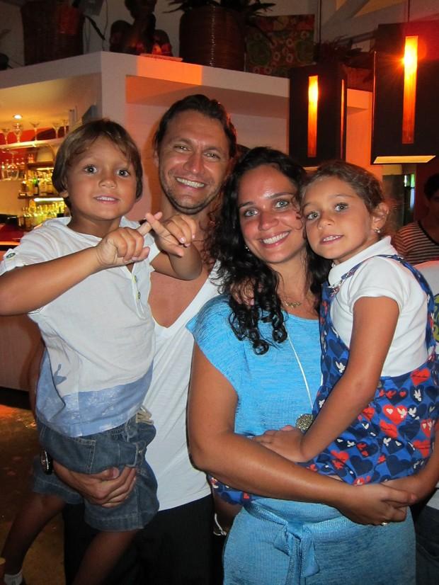 Vitor Hugo com a mulher, Renata, e os filhos Sofia e Nicolau (Foto: Divulgação)