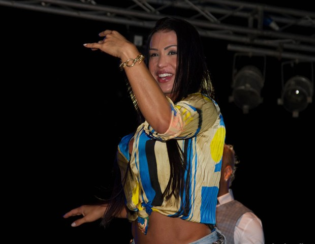 Gracyanne Barbosa em show do marido Belo em Benguela , na África (Foto: Divulgação)