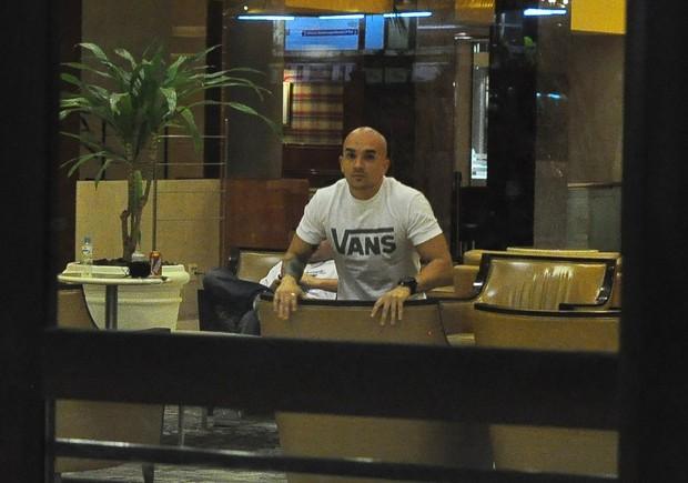 Filipe Soldati em hotel na Zona Oeste do Rio (Foto: Roberto Teixeira/ EGO)
