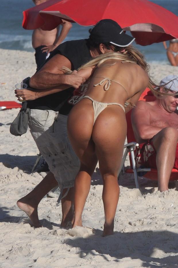 Sérgio Mallandro grava programa na praia (Foto: Photo Rio News)
