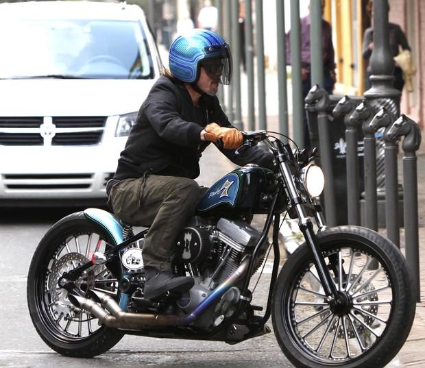 Brat Pitt anda de moto em Nova Orleans, nso Estados Undios - X17 (Foto: X17/ Agência)