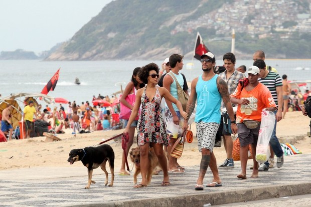 Sheron Menezzes com Saulo Bernard na orla de Ipanema (Foto: Wallace Barbosa/Ag News)