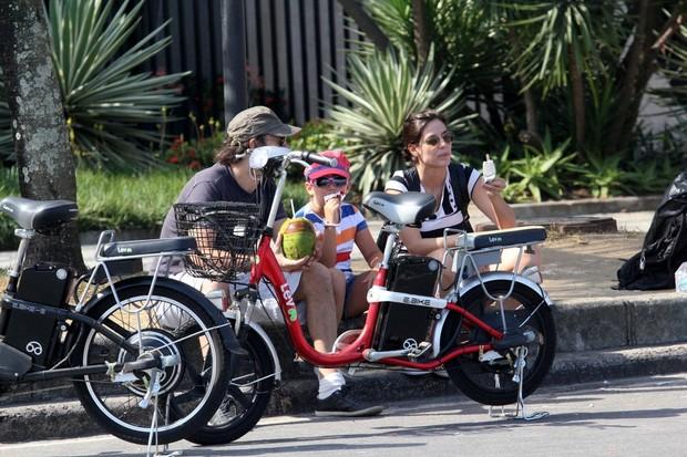 Rafaela Mandelli com o namorado e com a filha, Catarina (Foto: Wallace Barbosa/Agnews)