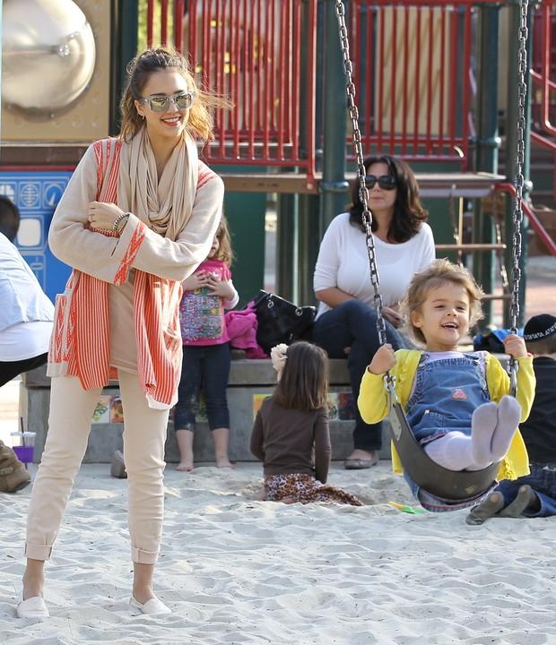 Jessica Alba com a filha Honor em parque em Los Angeles, nos Estados Unidos – X17 (Foto: X17/ Agência)