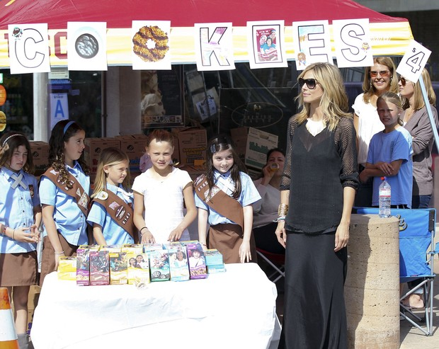 Heidi Klum e as pequenas escoteiras vendem cookies (Foto: Grosby Group/Agência)