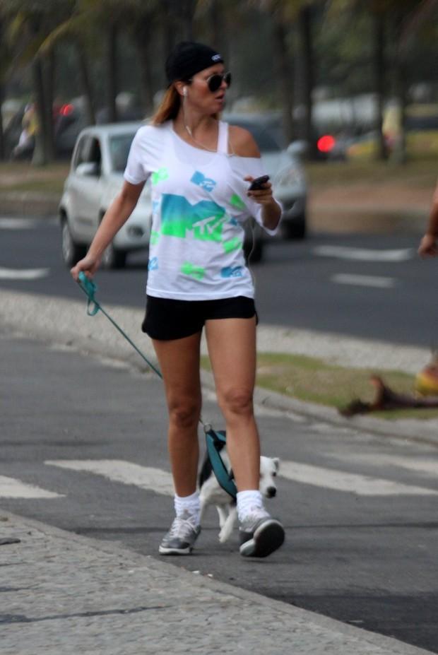 Ellen Jabour caminha na orla da Barra (Foto: Marcos Ferreira / Photo Rio News)