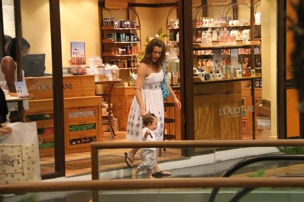 Letícia Spiller passeia no shopping com a filha (Foto: Daniel Delmiro / AgNews)