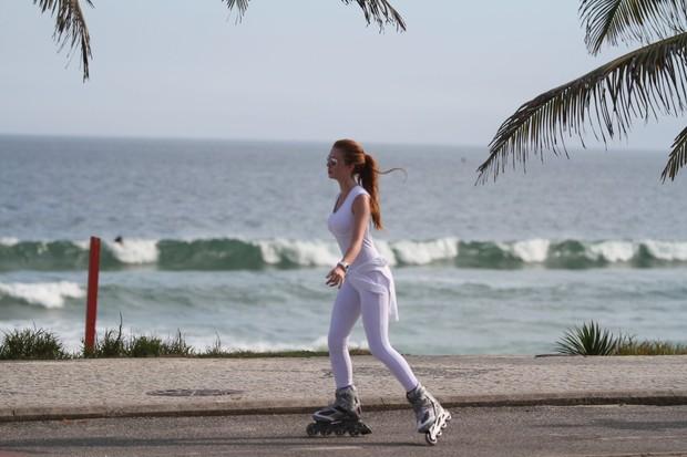Marina Ruy Barbosa patina na orla da Barra (Foto: Clayton Militão / Photo Rio News)