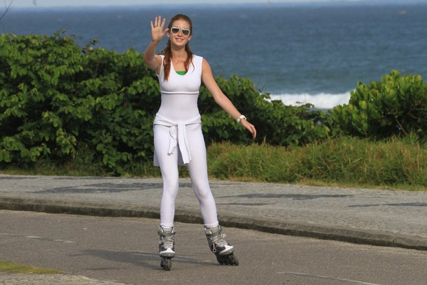 Marina Ruy Barbosa patina na orla da Barra (Foto: Jeferson Ribeiro / AgNews)