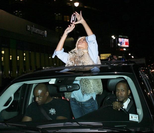 Rihanna atende a fãs em Nova York, nos Estados Unidos – X17 (Foto: X17/ Agência)