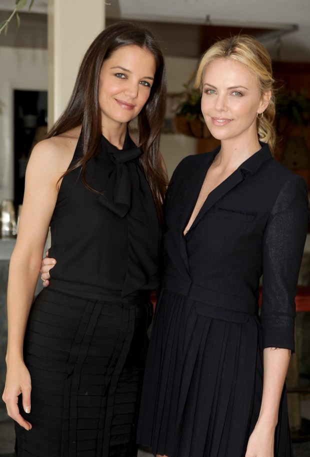 Katie Holmes e Charlize Theron em evento em Los Angeles, nos Estados Unidos (Foto: Getty Images/ Ag&#234;ncia)