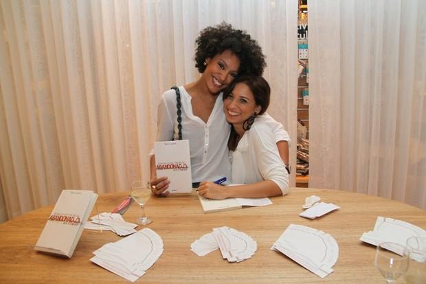 Sheron Menezzes posa com Tatá Lopes em lançamento de livro no Rio (Foto: Daniel Delmiro/ Ag. News)