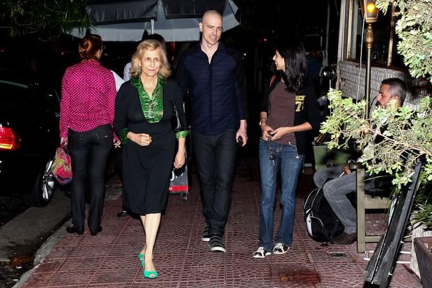Reynaldo Gianecchini chega a restaurante com a mãe e amiga (Foto: Manuela Scarpa/Photo Rio News)