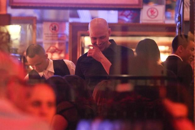 Reynaldo Gianecchini comemora reestreia de peça em restaurante (Foto: Manuela Scarpa/Photo Rio News)
