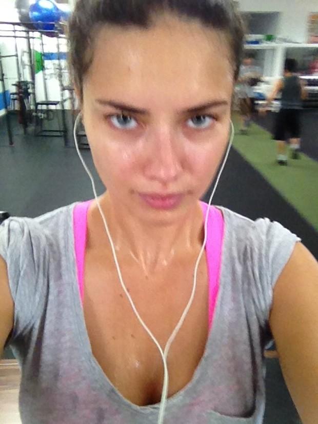 Adriana Lima posta foto durante a malhação (Foto: Twitter / Reprodução)