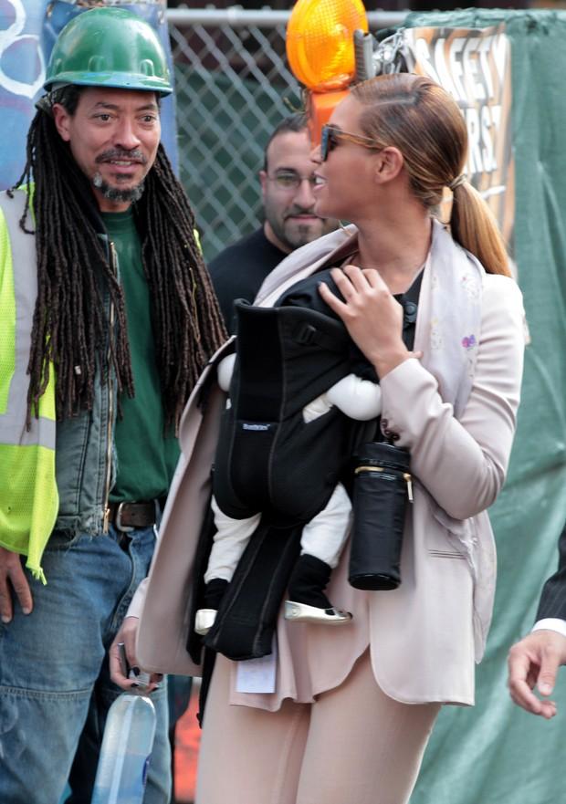 Beyoncé passeia com a filha Blue Ivy em Nova York, nos Estados Unidos (Foto: Grosby Group/ Agência)
