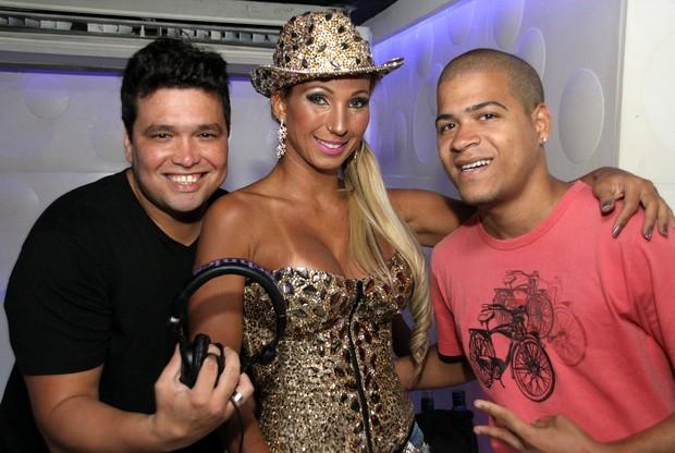 DJ Dinh, Valesca popozuda e DJ Timotinho em boate na Barra da Tijuca, Zona Oeste do Rio (Foto: Daniel Pinheiro/ Divulgação)