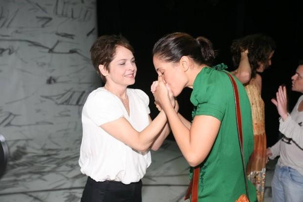 Drica Moraes recebe o carinho de Camila Pitanga na estreia da peça 'A primeira vista' no Rio (Foto: André Muzell/ Ag. News)