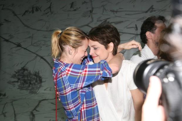 Drica Moraes recebe o carinho de Mariana Ximenes na estreia da peça 'A primeira vista' no Rio (Foto: André Muzell/ Ag. News)