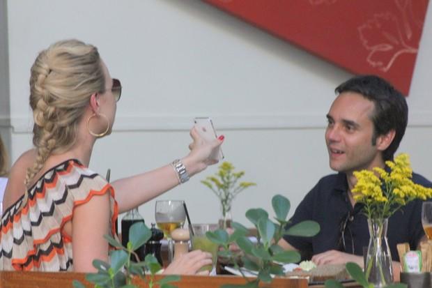 Eliana almoça com amigo (Foto: Fausto Candelária / AgNews)