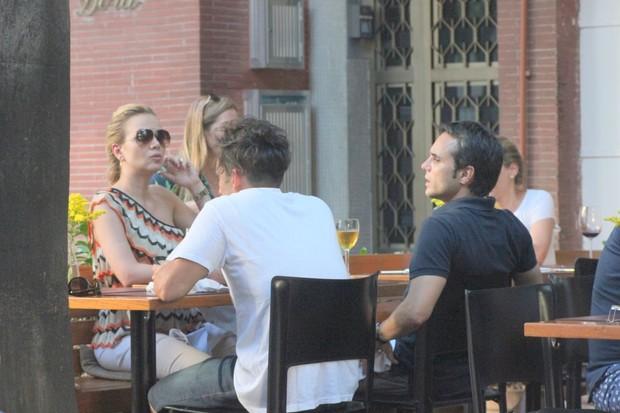 Eliana em restaurante no Rio (Foto: Fausto Candelária/AgNews)