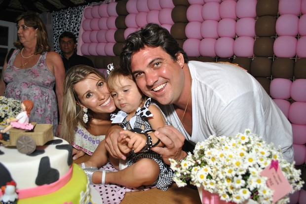 Ex-paquita Roberta Cipriani com o marido Raphael Thuin na festa de dois anos da filha do casal, Nicole (Foto: Pablo Amora/ Divulgação)