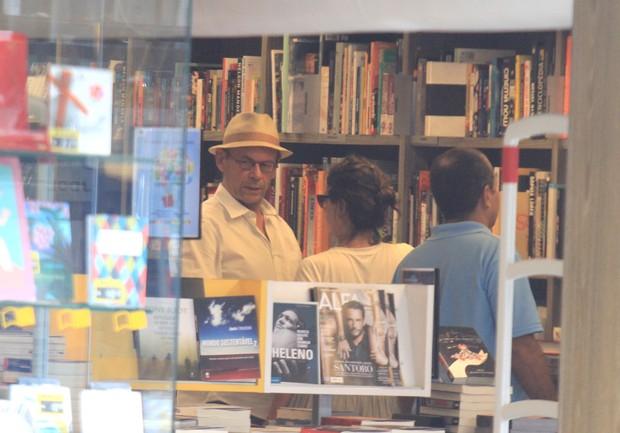 José Wilker e amiga no Leblon, no Rio (Foto: Rodrigo dos Anjos / AgNews)