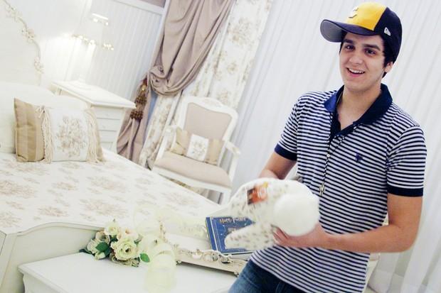 Luan Santana ganha coruja igual de Harry Potter (Foto: Divulgação)