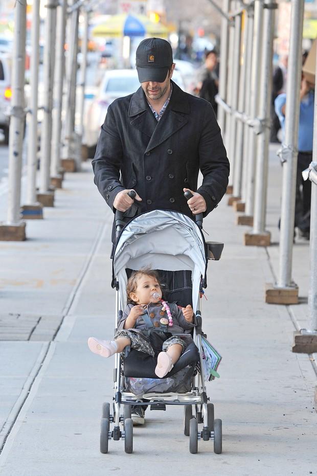 David Schwimmer, o Ross, de 'Friends', com a filha Cleo em Nova York (Foto: Brainpix / Agency)