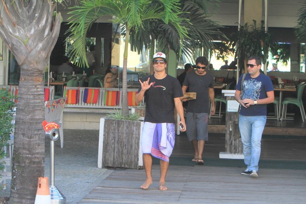 Caio Castro em restaurante da Barra, no Rio (Foto: Delson Silva / Ag News)