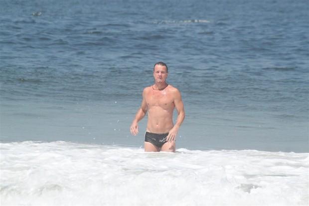 Marcello Novaes na praia (Foto: Fabio Martins/AgNews)