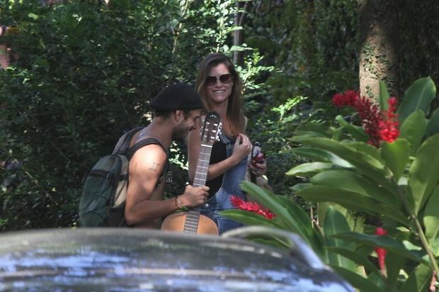Alinne Moraes chega em casa com amigo (Foto: Dilson Silva / AgNews)