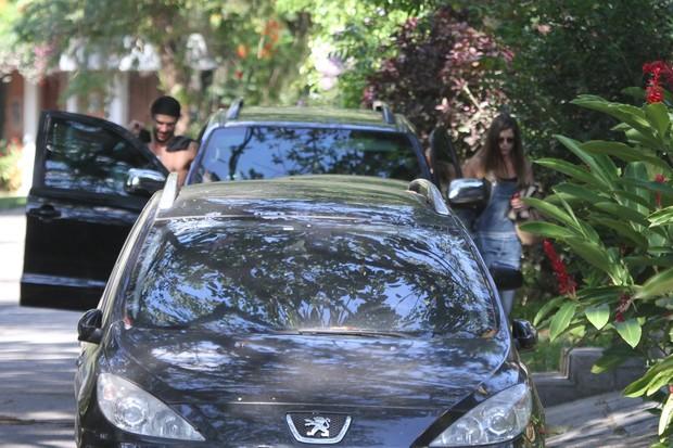 Alinne Moraes chega em casa acompanhada (Foto: Dilson Silva / AgNews)