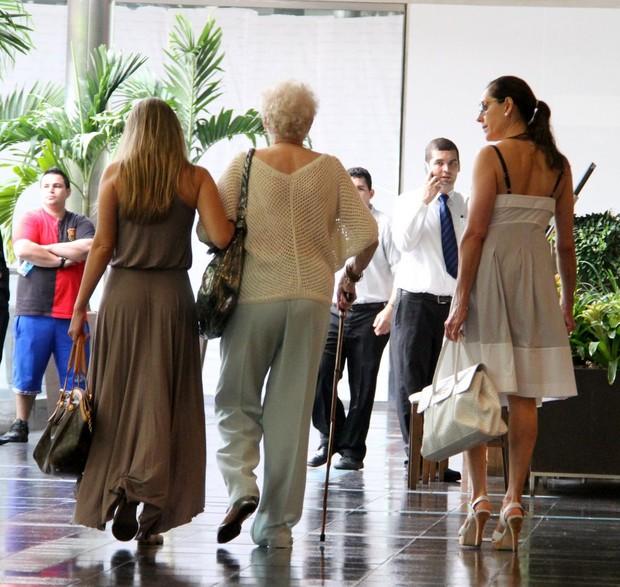 Christiane Torloni com a mãe e a nora em shopping no Rio (Foto: Daniel Delmiro/ Ag. News)