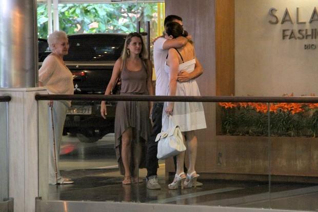 Christiane Torloni com a mãe, o filho Leonardo Carvalho e a nora em shopping no Rio (Foto: Daniel Delmiro/ Ag. News)