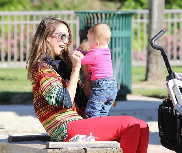 Jessica Alba com a filha Haven em parque em Los Angeles, nos Estados Unidos – X17 (Foto: X17/ Agência)