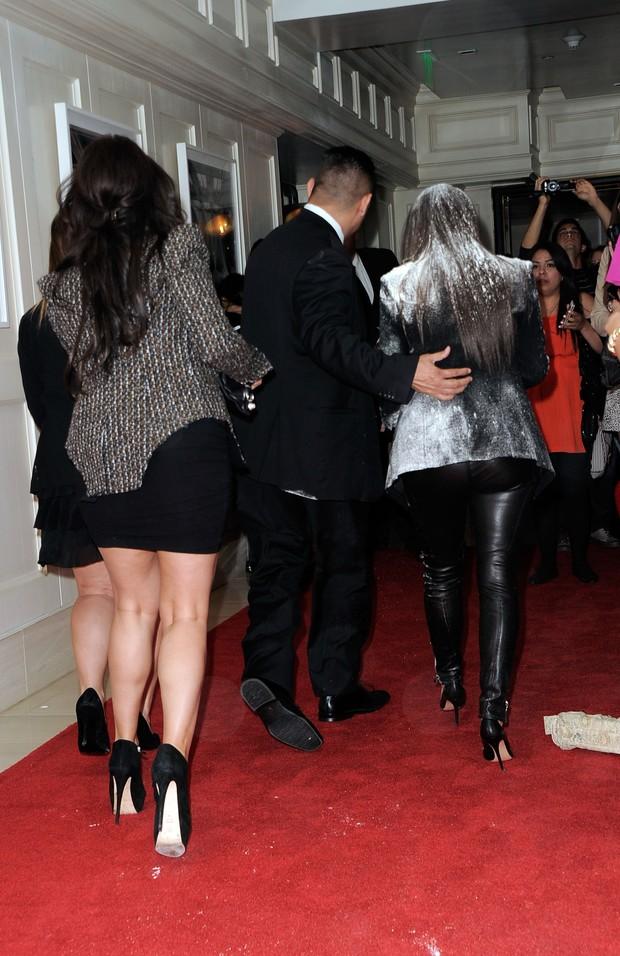 Kim Kardashian toma banho de farinha durante lançamento de perfume em Los Angeles, nos Estados Unidos (Foto: Getty Images/ Agência)