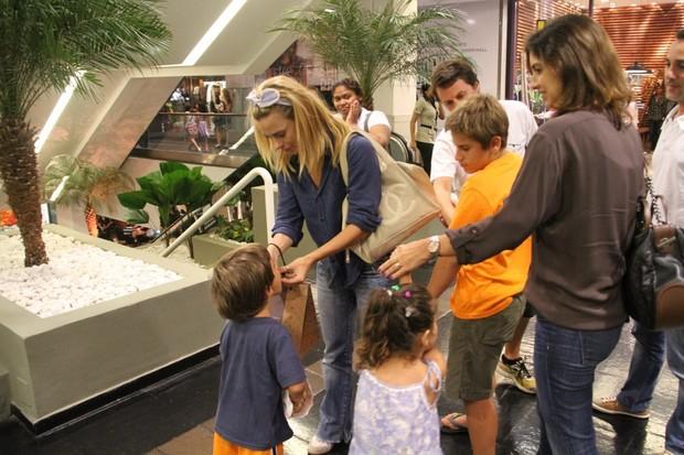 Carolina Dieckman e filhos (Foto: Daniel Delmiro/AG News)