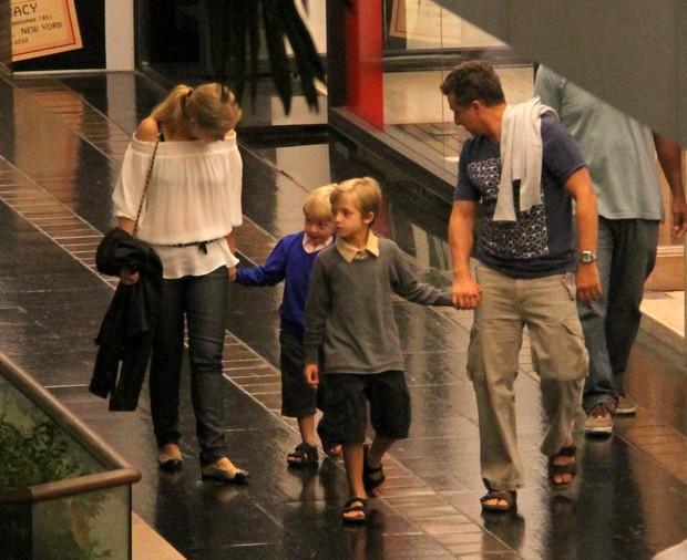 Angélica e Luciano Huck levam os filhos ao cinema (Foto: Daniel Delmiro/AgNews)