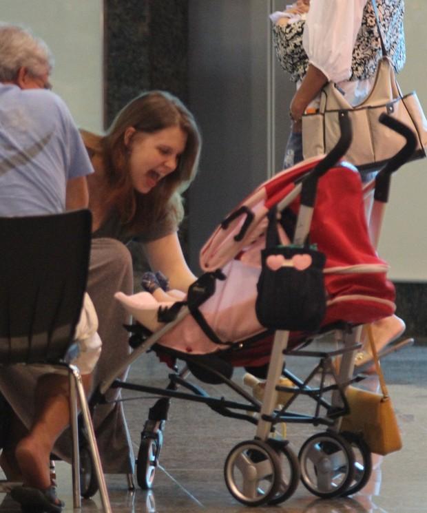 Carolinie Figueiredo passeia com a filha em shopping do Rio (Foto: Marcus Pavão / AgNews)