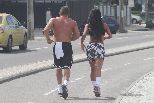 Ex BBB Kelly faz exercícios com seu namorado na orla da praia da Barra da Tijuca (Foto: Dilson Silva / Agnews)
